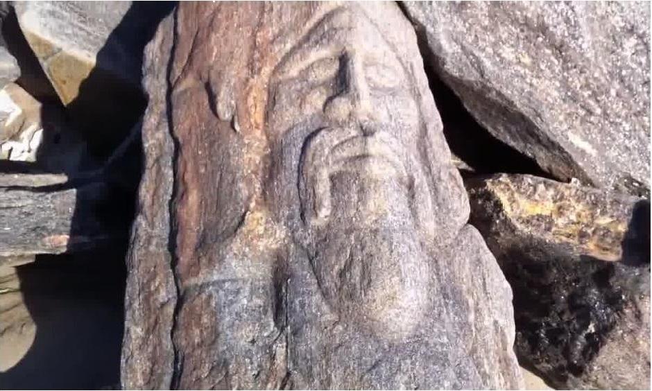 Камень с прекрасно сохранившимся рельефным ликом
